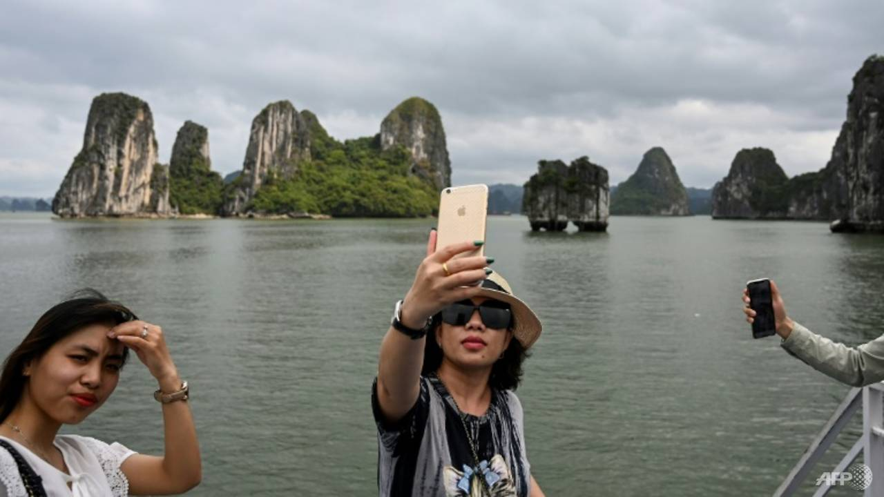 Photo of Tourists back in Vietnam's Ha Long Bay as domestic travel restarts after easing of COVID-19 measures