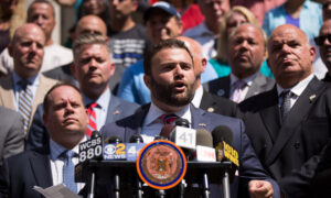 Photo of New York Councilman Urges Trump to Revoke Benefits of People Arrested for Looting