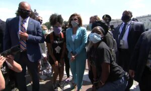 Photo of Nancy Pelosi Visits Protesters Outside US Capitol