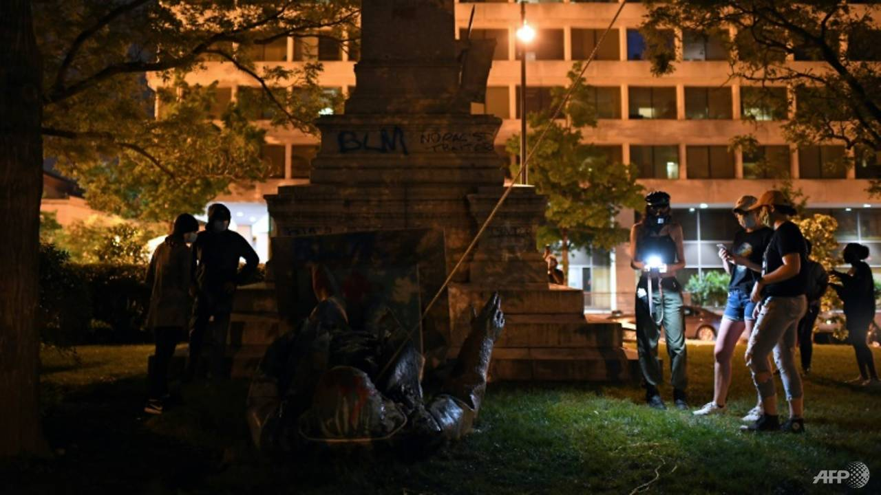 Photo of US protesters topple Confederate statue after Juneteenth rallies