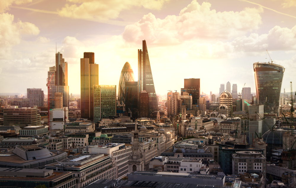 Photo of FTSE 100 closes in the red on lacklustre trading day