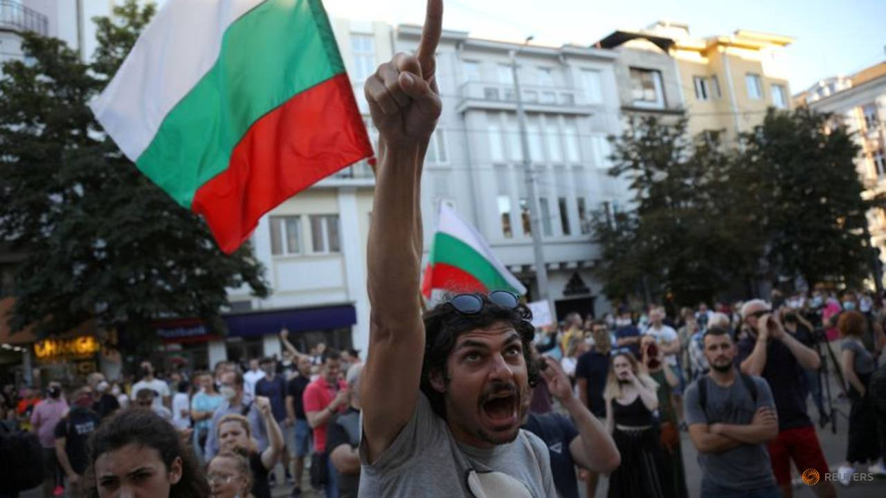 Photo of Bulgarian police arrest 18 people during anti-graft protests