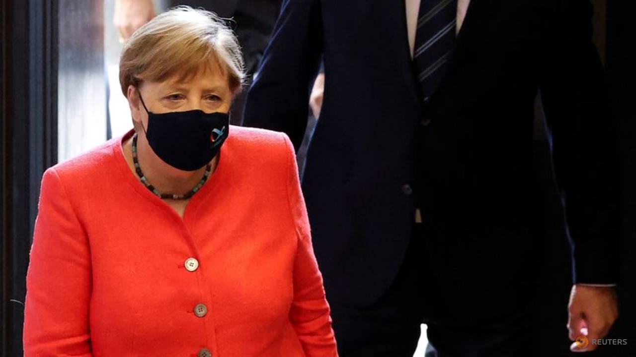 Photo of Merkel makes first masked appearance to ward off criticism