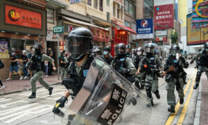 Photo of Hong Kong Epoch Times Distribution Staffer: Police Threatened to Send Me to Mainland China