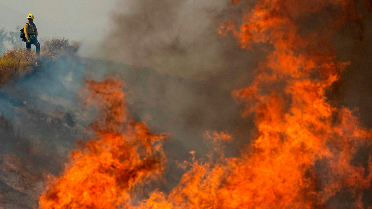 Photo of Firefighters struggle to contain blaze in southern California