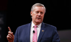 Photo of Meadows Says Trump Would Sign $1.3 Trillion Pandemic Relief Bill, Pelosi Says Not Enough