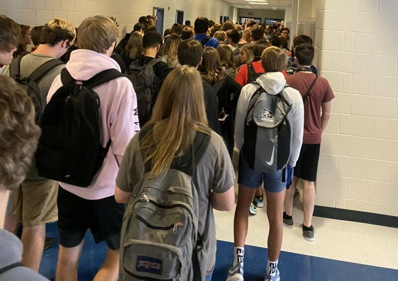 Photo of HS suspends teen who tweeted photo of hallway packed with maskless students