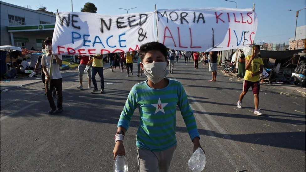 Photo of Moria migrants and Greek islanders protest over new camp