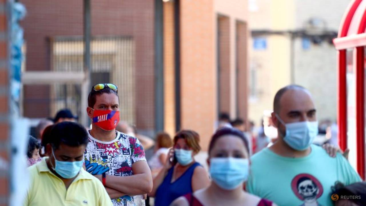 Photo of Spain's daily COVID-19 infections retreat from peaks