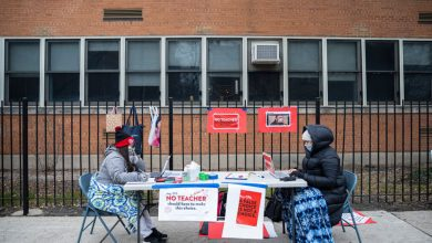 Photo of Chicago teachers vote to teach from home, defying district